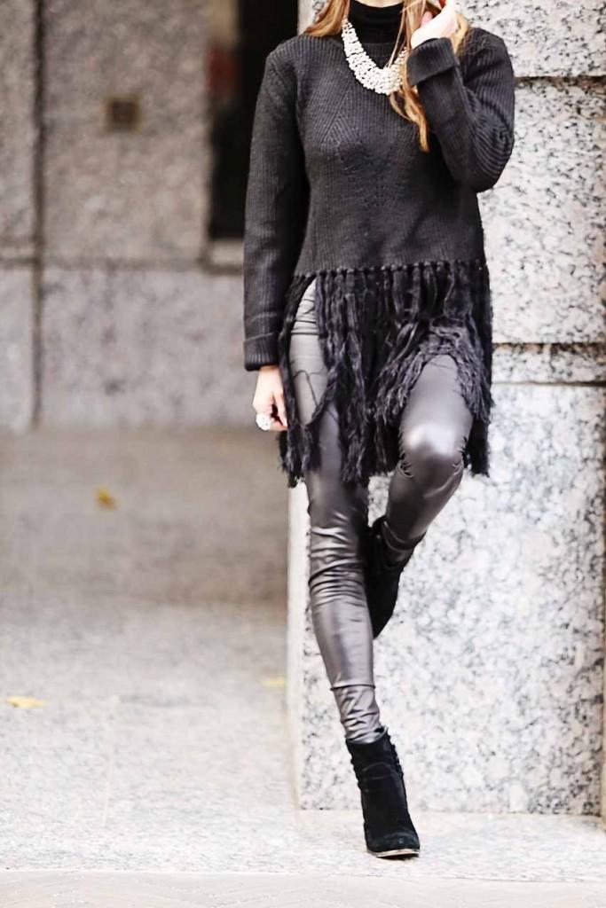 the motherchic wearing liquid leggings
