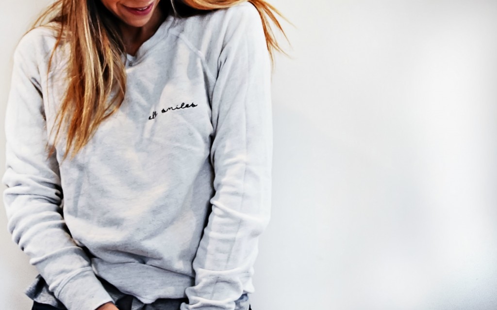the motherchic wearing all smiles pullover