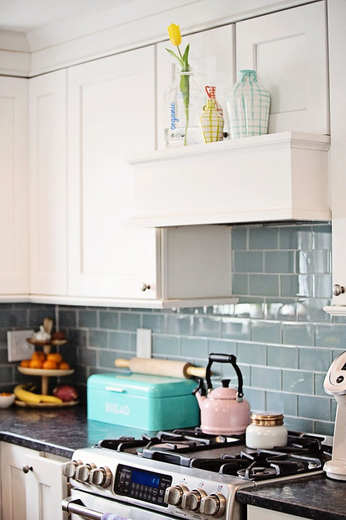 Kitchen range with brightly colored kitchen decor