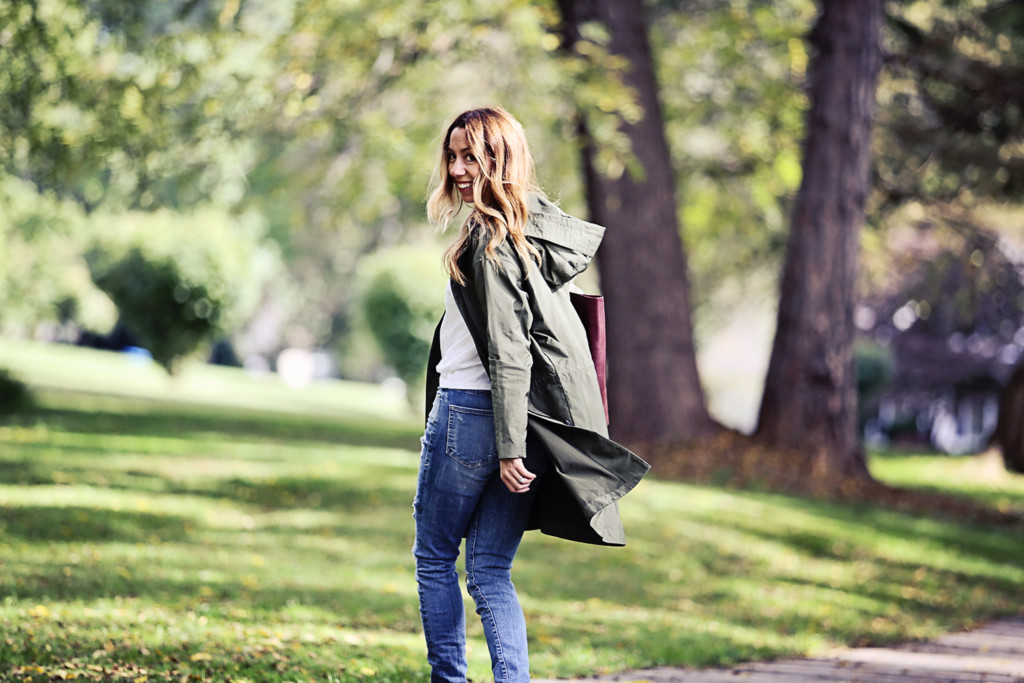 The motherchic wearing everlane anorak