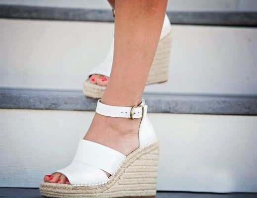 the motherchic wearing wedges