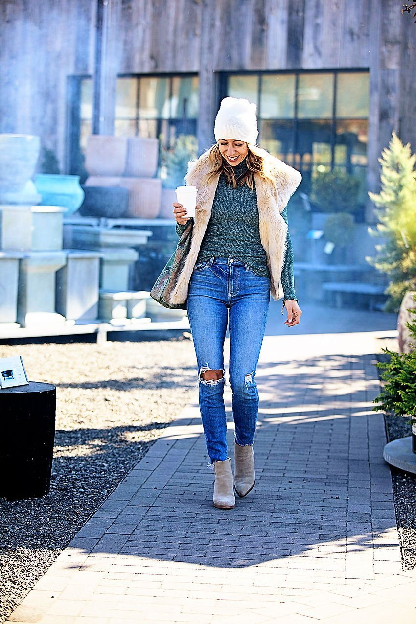 the motherchic wearing casual thanksgiving outfit loft