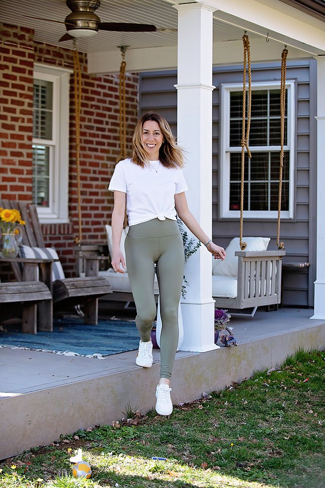 The Motherchic wearing Everlane perform legging and cotton crew