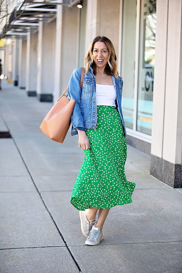 the motherchic wearing h&m skirt bodysuit jcrew jacket tote and sneakers