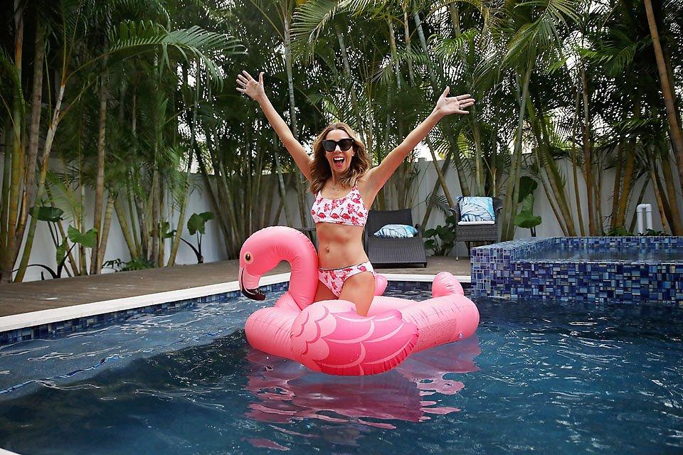 the motherchic wearing cupshe bikini