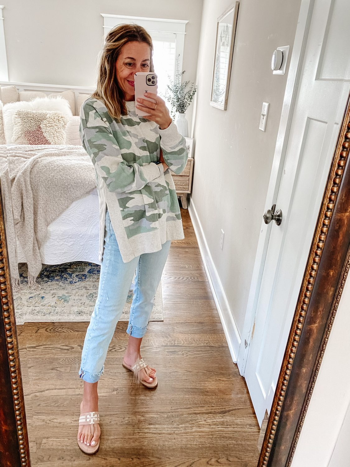 the motherchic wearing arie camo tunic gap jeans tory burch sandals tunics that work best with leggings